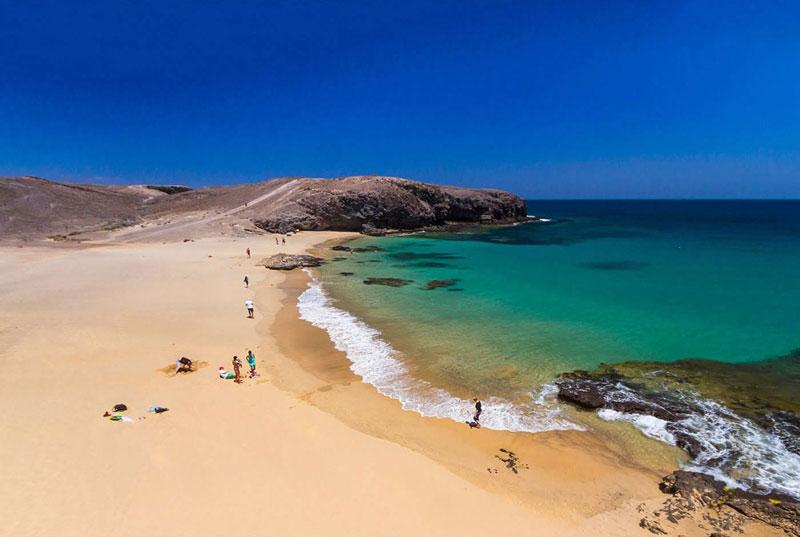 Playas negras, playas doradas, playas turísticas, playas solitarias…